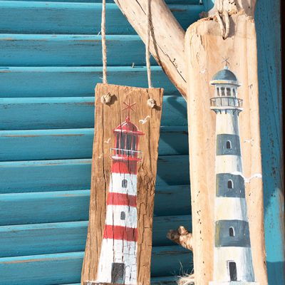 Painting of lighthouses red and white, blue and white on driftwood - Jardin del Mar